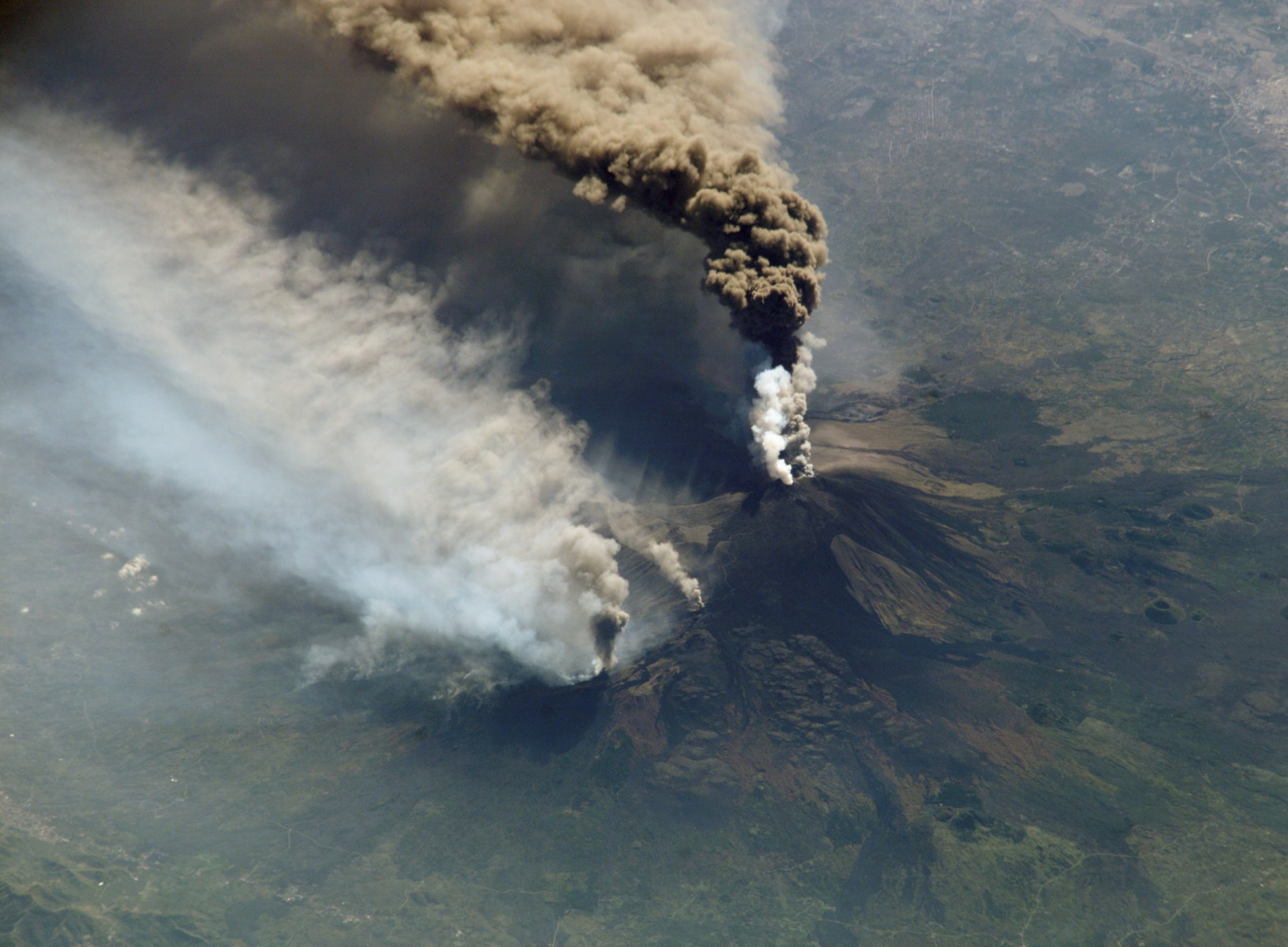 Etna_eruption_seen_from_the_International_Space_Station